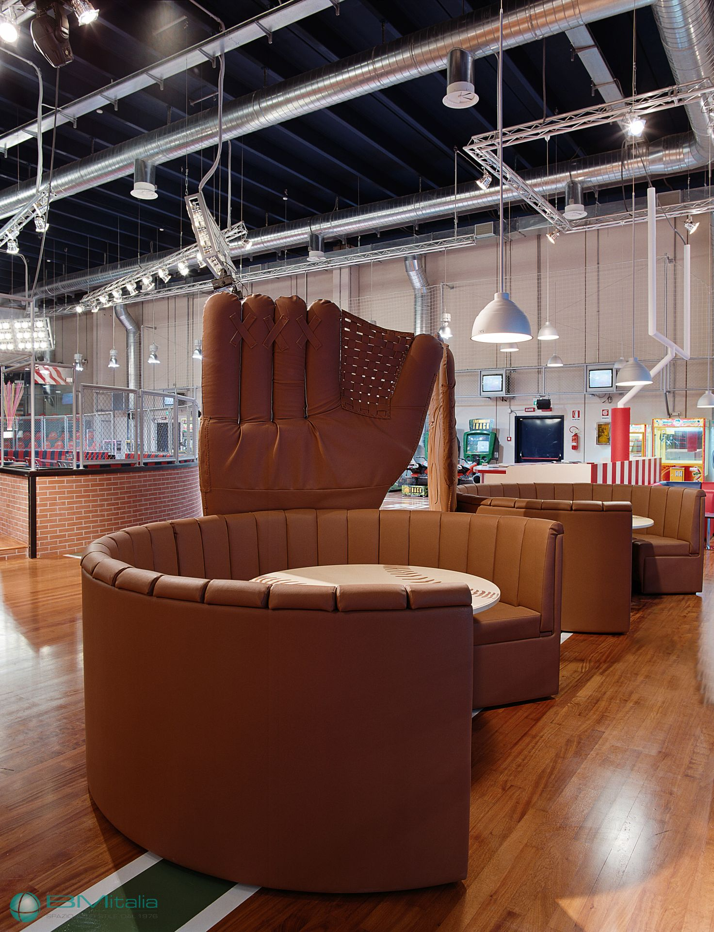 Progettazione e realizzazione arredamenti per locali e for Arredamenti per locali commerciali