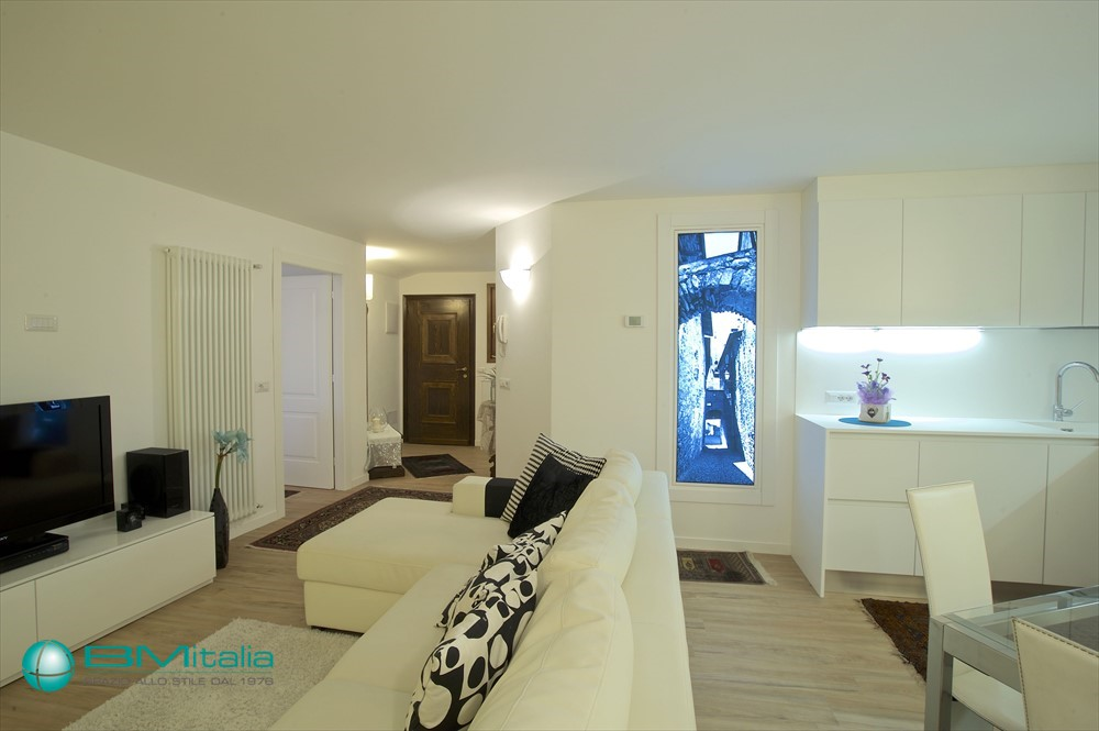Arredamenti su misura per appartamento villa loft for Villa arredamenti milano