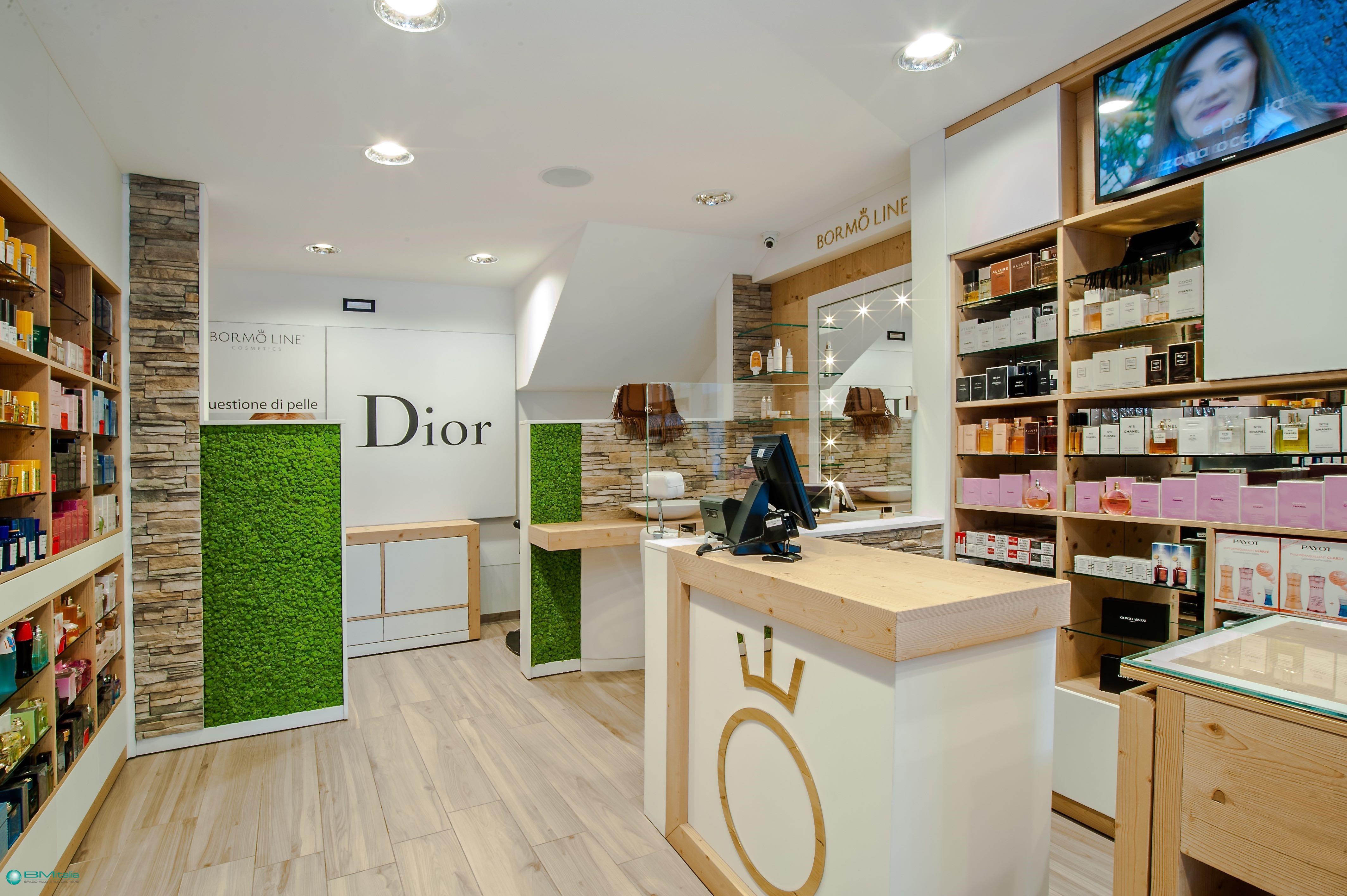 Arredo per negozi profumeria cosmetica duty free for Arredo profumeria
